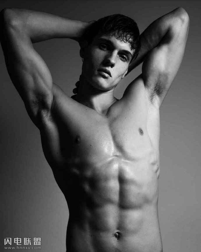 欧美小鲜肉帅哥男模眼神性感撩人黑白写真图片